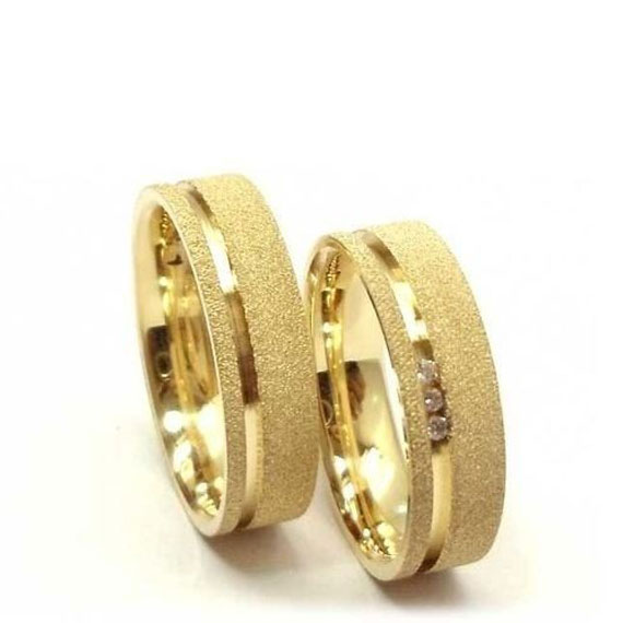Alianças De Casamento E Noivado Fosca Com Um Friso Polido e diamantes 6e12aa2ace